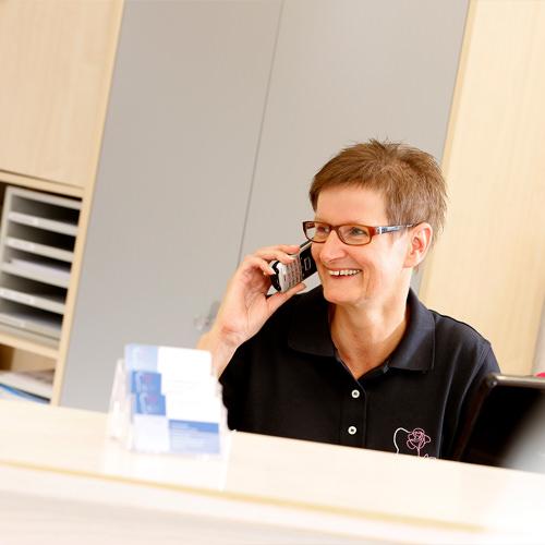 Zahnärztin Borgentreich - Dr. Sauer - Mitarbeiterin am Telefon