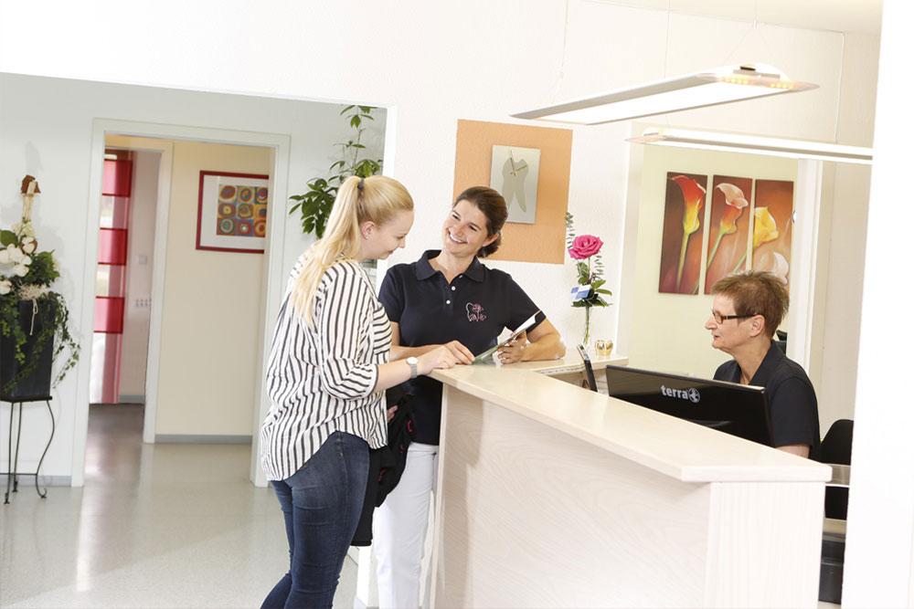 Zahnärztin Borgentreich - Dr. Sauer - Begrüßung am Empfang der Praxis